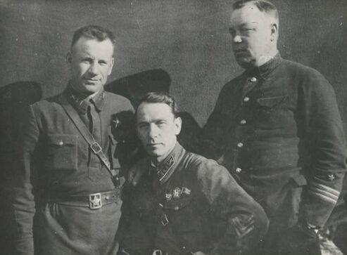 Н. В. Богданов посередине