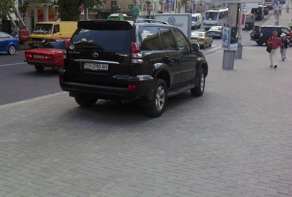 авто на тротуаре на ул. Адмирала Октябрьского