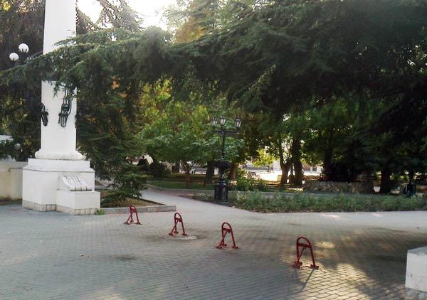 парковочные блокираторы возле театра Луначарского
