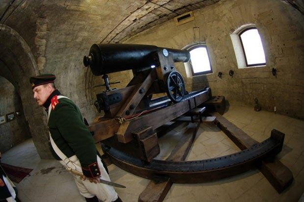 Пушка времен Крымской войны в Михайловском равелине