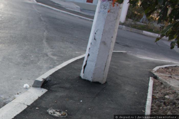 Столб на тротуаре
