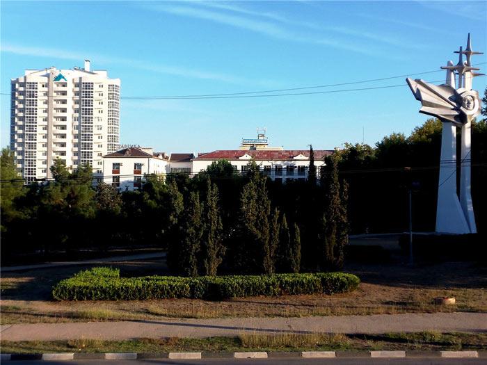 Высокомерно поглядывает на памятник Гагарину очередная игла на стрелецком «ёжике» с непонятным латино-буквенным «ATF»