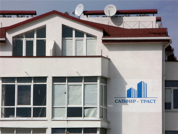 Почти каждый сданный дом на Руднева, обращённый к проезжей части, «помечен» логотипом «Сапфир-траст»