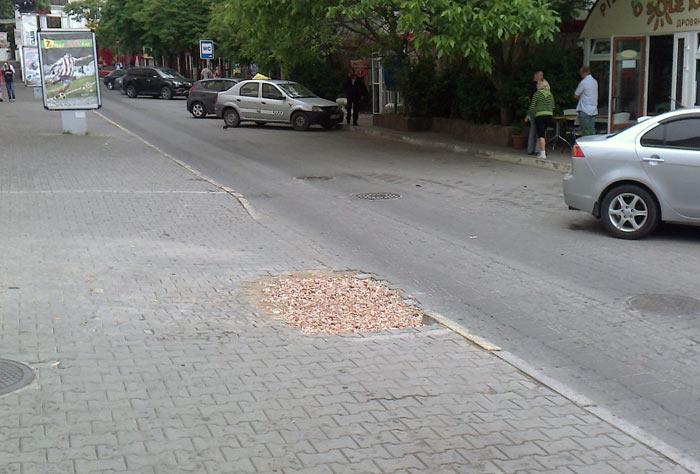 Поврежденный участок тротуара в Артбухте