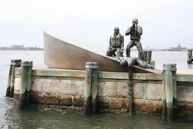 Нью–Йорк. Памятник кораблям и экипажам американского торгового флота втянутым в военные кампании со времен Войны за Независимость. (3)
