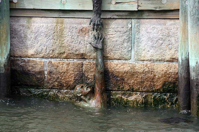 Нью–Йорк. Памятник кораблям и экипажам американского торгового флота втянутым в военные кампании со времен Войны за Независимость. (2)