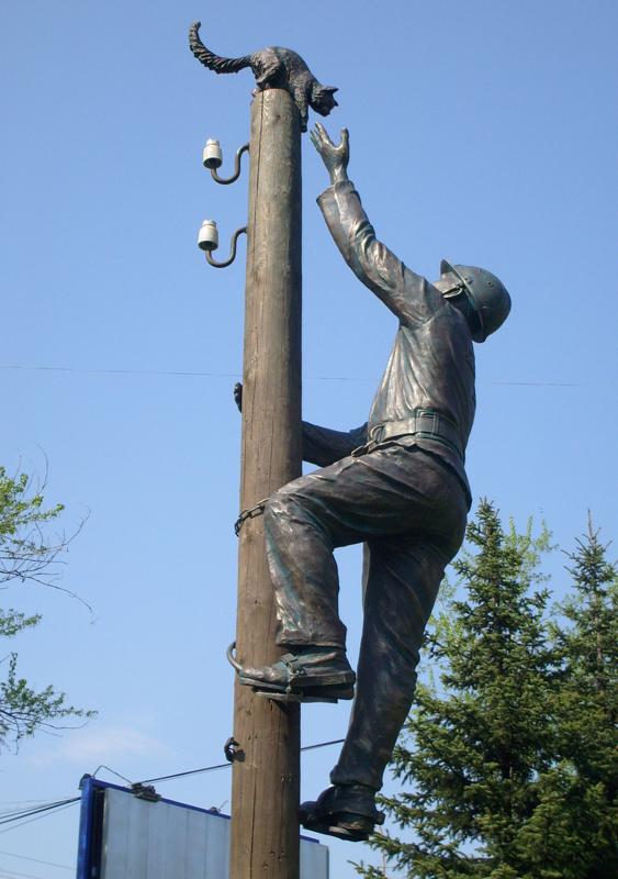 Новгород. Памятник электрику, спасшему кошку.
