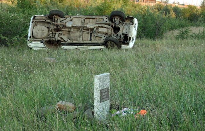 памятник и авария  у дороги в Иркутске